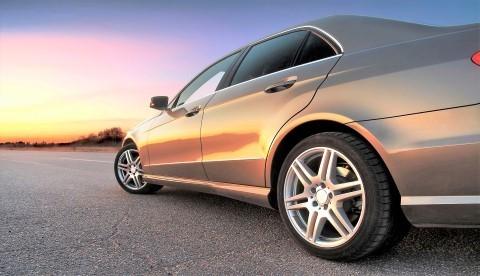 Vacker bil står i solnedgången. Bilden representerar vår bilförsäkring